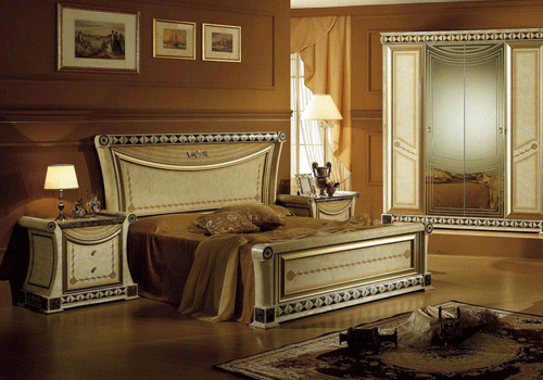Royal bedroom with a canopy bed for Bedroom designs royal